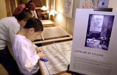 ©PATRICK IAFRATE. FRANCE. PARIS. 25 05 2004. L'INSTALLATION DE LA TAPISSERIE GUERNICA QUE JACQUELINE DURRBACH REALISA A LA DEMANDE DE PABLO PICASSO EN 1955. POUR LA PREMIERE FOIS, L'OEUVRE EST PRESENTEE SUR SON SITE DE CONCEPTION, LE GRENIER DES GRANDS-AUGUSTINS, ANCIENNE RESIDENCE DE PICASSO, QUI Y SEJOURNA ENTRE 1936 ET 1955, ET DESORMAIS SIEGE DU CNEA. LA TAPISSERIE EST ACTUELLEMENT CONSERVEE AU MUSEE D'UNTERLINDEN DE COLMAR. ICI, LES ENFANTS D'UNE ECOLE VISITE L'EXPOSITION AVEC LEURS PROFESSEURS. // FRANCE. PARIS. 2004 05 25. THE GUERNICA TAPESTRY.